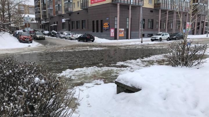 Утренний прорыв трубы подтопил перекрёсток Набережной с улицей Шубина