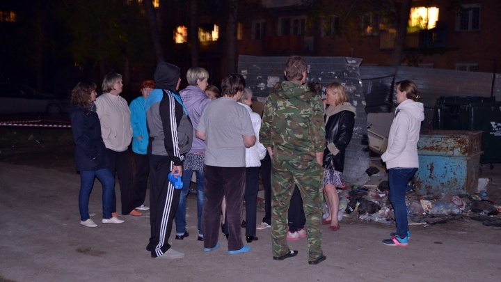 Жильцов разрушающегося дома в Нефтяниках оставили ночевать в автобусе