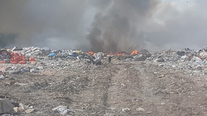 В Тобольске потушили мусорную свалку, из-за которой в городе образовался смог