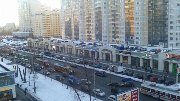 На 8 Марта из-за аварии в обе стороны встали трамваи