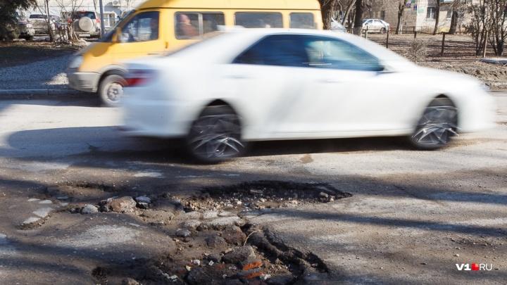 «Будем убирать всю неделю»: после субботнего ливня дороги Волгограда утонули в песке и щебне