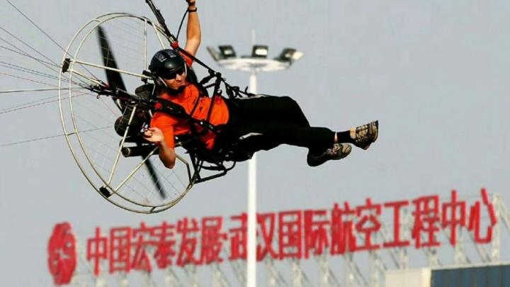 «Без полётов жить невозможно»: работник челябинского завода покорил небо над Китаем