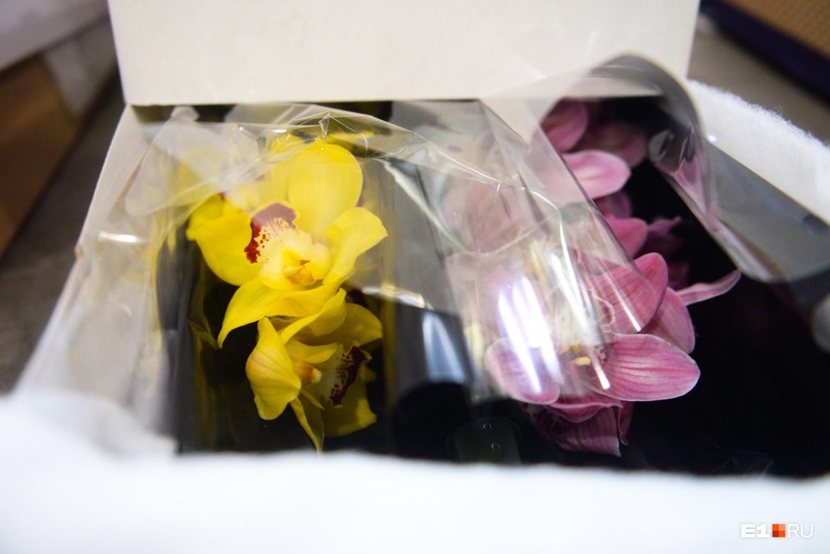 Цветы взвешивают и проверяют на наличие вредителей