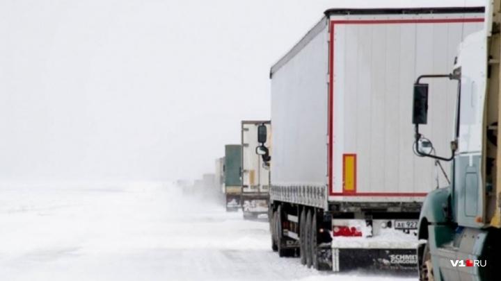 «Лучше найти стоянку»: сильная метель остановила волгоградских дальнобойщиков на федеральной трассе