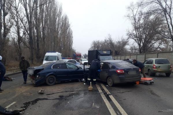 Из машин вытащили трёх пострадавших