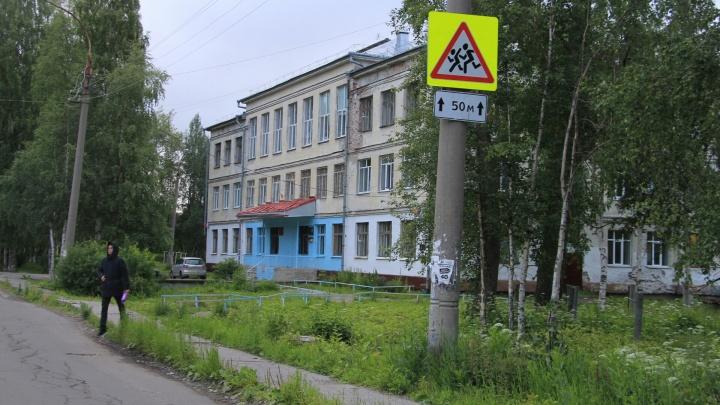 Дети рядом с машинами: в Архангельске родители потребовали построить у школы пешеходный переход