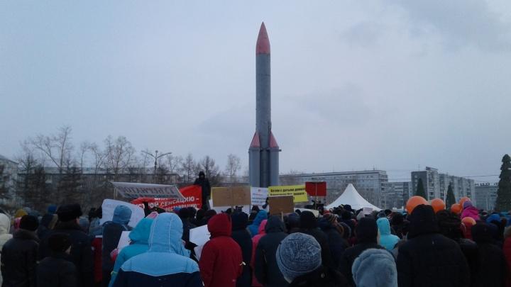 Сотни обманутых дольщиков СК «Реставрация» вышли на митинг в сквер Космонавтов