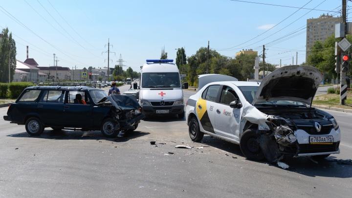 В Волгограде такси столкнулось с «четвёркой»: двое пострадавших