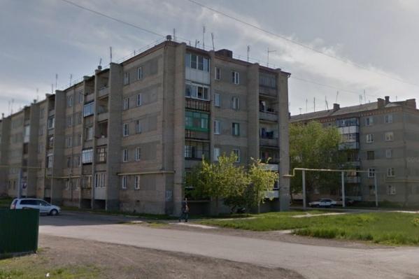Происшествие случилось в одной из этих пятиэтажек в коркинском посёлке Роза утром 5 августа