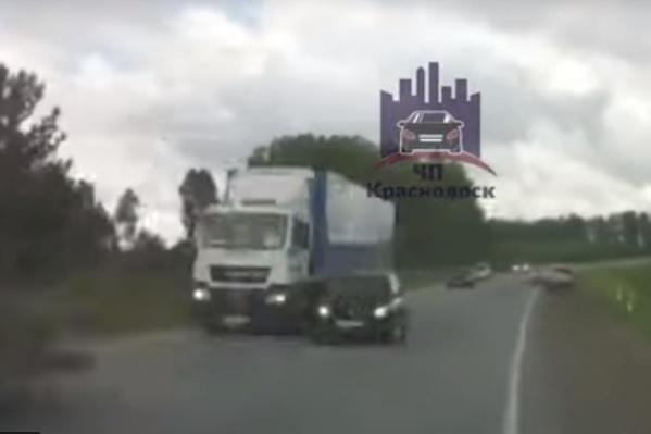 Водители считают, что спровоцировал аварию черный автомобиль, который участнику аварии пришлось объезжать