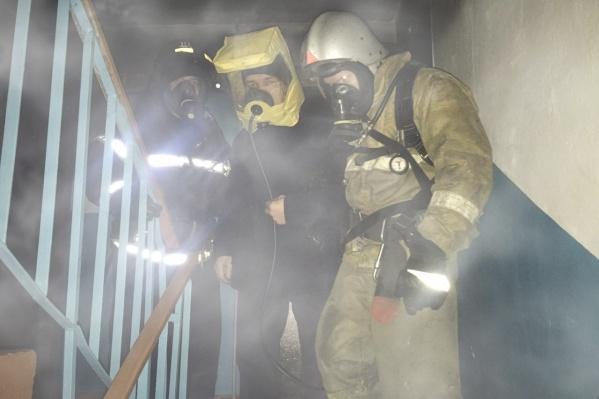 Трех человек эвакуировали с помощью масок спасаемого