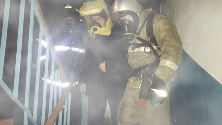 В Курганской области пожарные спасли пять человек из задымленного дома