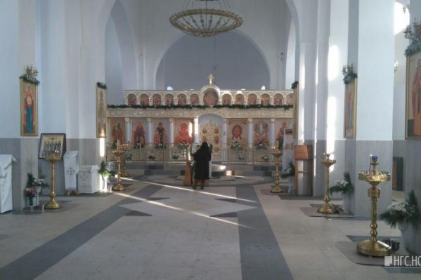 По мнению митрополита, в храме люди должны на время отрешаться от земных неполезных увлечений