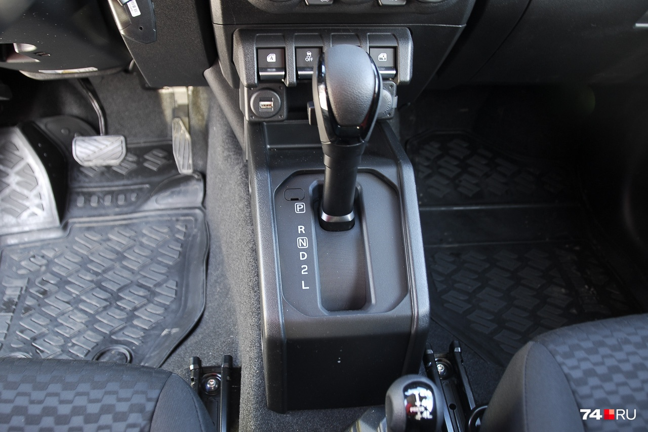 Старомодному «автомату» — старомодный селектор. Здесь не только есть режимы 2 и L, но и кнопка отключения овердрайва (на боковине селектора). Что это такое, поймут лишь водители со стажем. При её нажатии Jimny не использует высшую, четвёртую, передачу