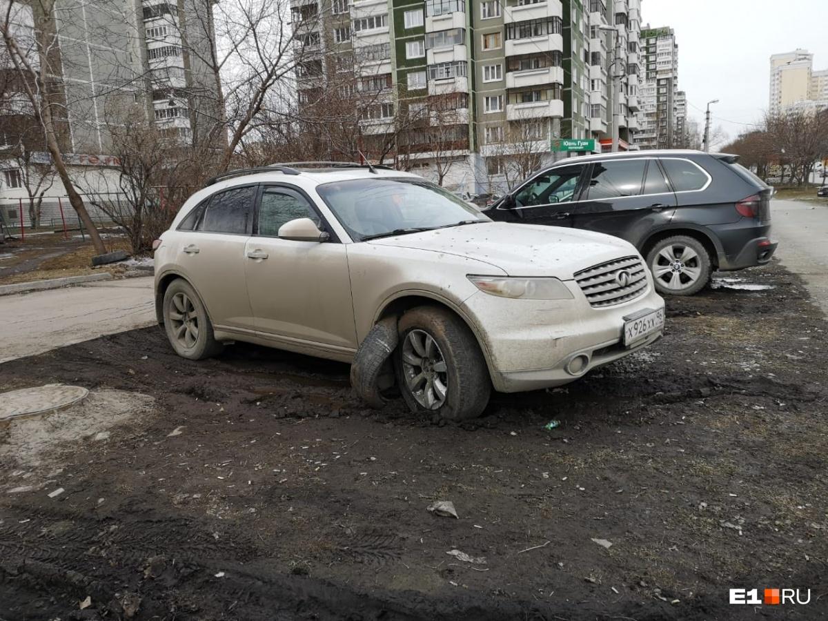 Этот снимок автохама стал самым популярным на прошлой неделе. От желающих парковаться на газонах не спасают даже автомобильные покрышки, которые кладут на землю
