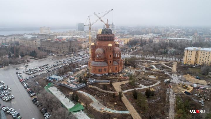 «Леденеют леса и башенный кран»: погода путает планы строителей Александро-Невского собора