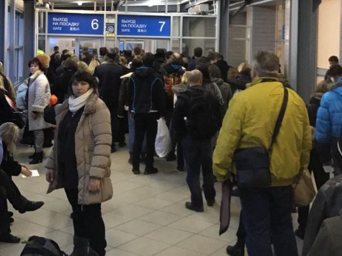 Пассажиры рейса, вышедшие из самолёта, ждут вылета