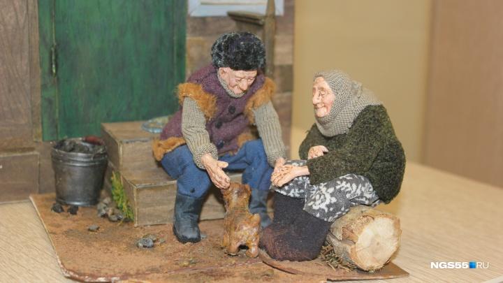 Трогательные старики и звёзды эстрады: в Омске открылась выставка кукольницы из Новосибирска