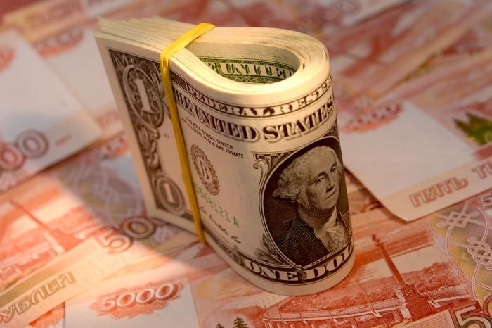 Во время торгов курс доллара добавил больше рубля