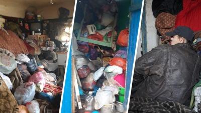Считает его «товаром»: батайчанка переселилась в брошенный туалет после того, как набила дом мусором