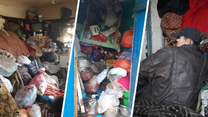 Считает мусор «товаром»: батайчанка переселилась в брошенный туалет, устроив из домапомойку