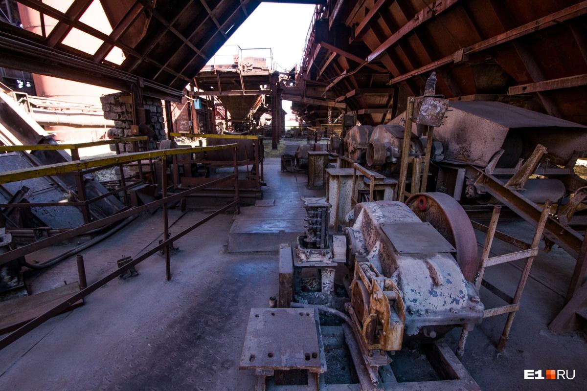 Рудный двор. Здесь шихту, то есть смесь руды, угля и других материалов, подавали в домну