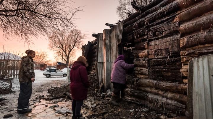«Какая пожарная? Это богом забытое село!»: репортаж из Полойки, где сгорели 4 ребенка и их мама