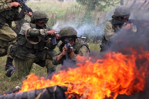 Спецназовцам-разведчикам предстоит преодолеть полосу препятствий с огнем