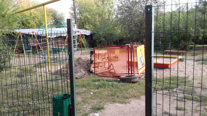 «Огородили и уехали»: самарцы пожаловались на яму на детской площадке