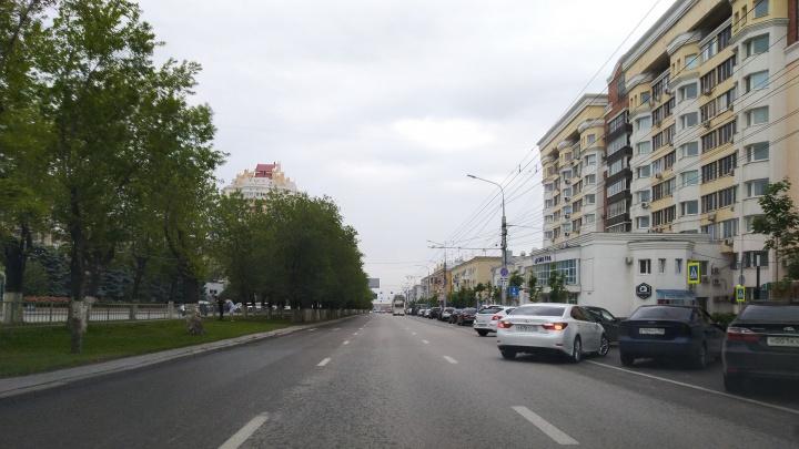 «На Невской все по-прежнему прекрасно»: волгоградцы закрыли машинами «выделенку» в центре города
