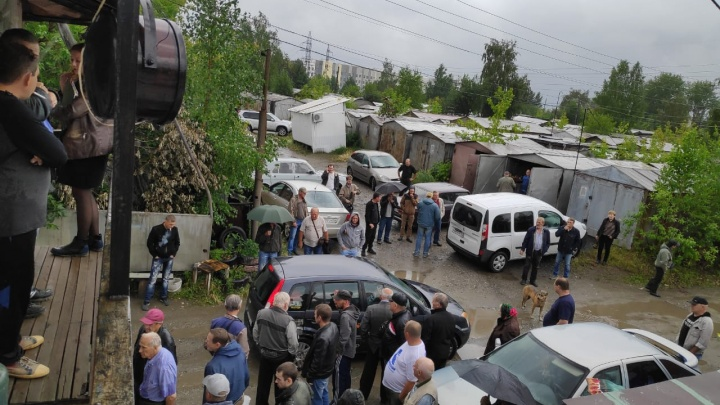 Две тысячи гаражей на ВИЗе снесут ради жилья. Владельцы считают, что это незаконно