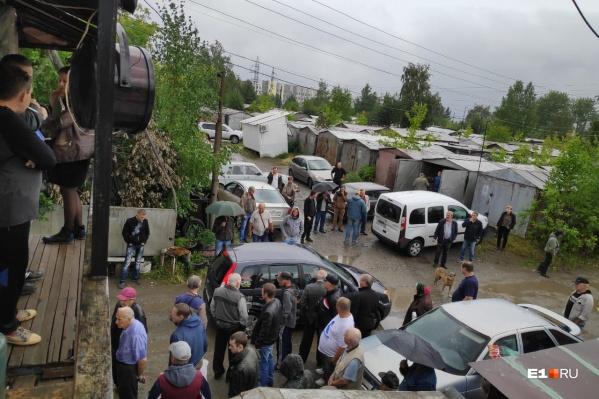Владельцы гаражей против сноса и устраивают собрания, чтобы придумать, как решить проблему