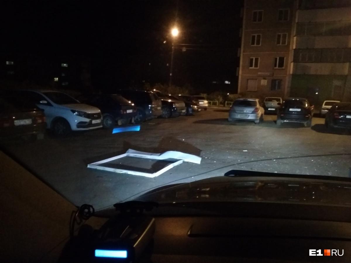 В Екатеринбурге ураганный ветер снес заборы и выбил окна