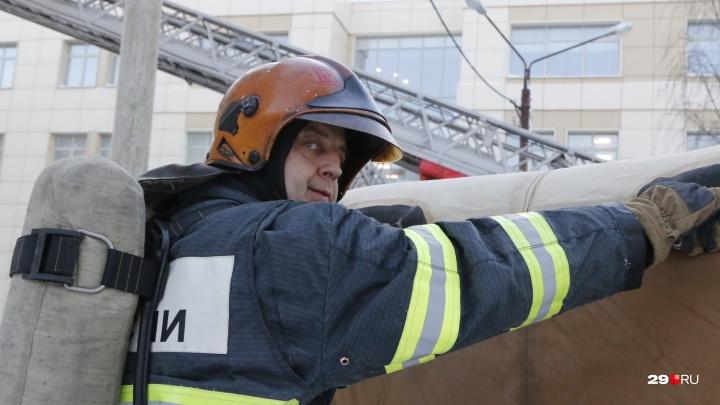 За студентами — по автолестнице: смотрим, как в САФУ тушили условный пожар
