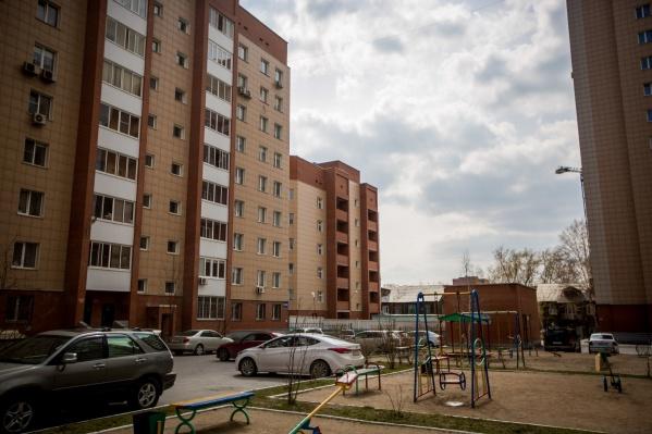 Небольшой дом в 3-м переулке Серафимовича, 7 (на заднем плане) уже возведён и даже остеклён