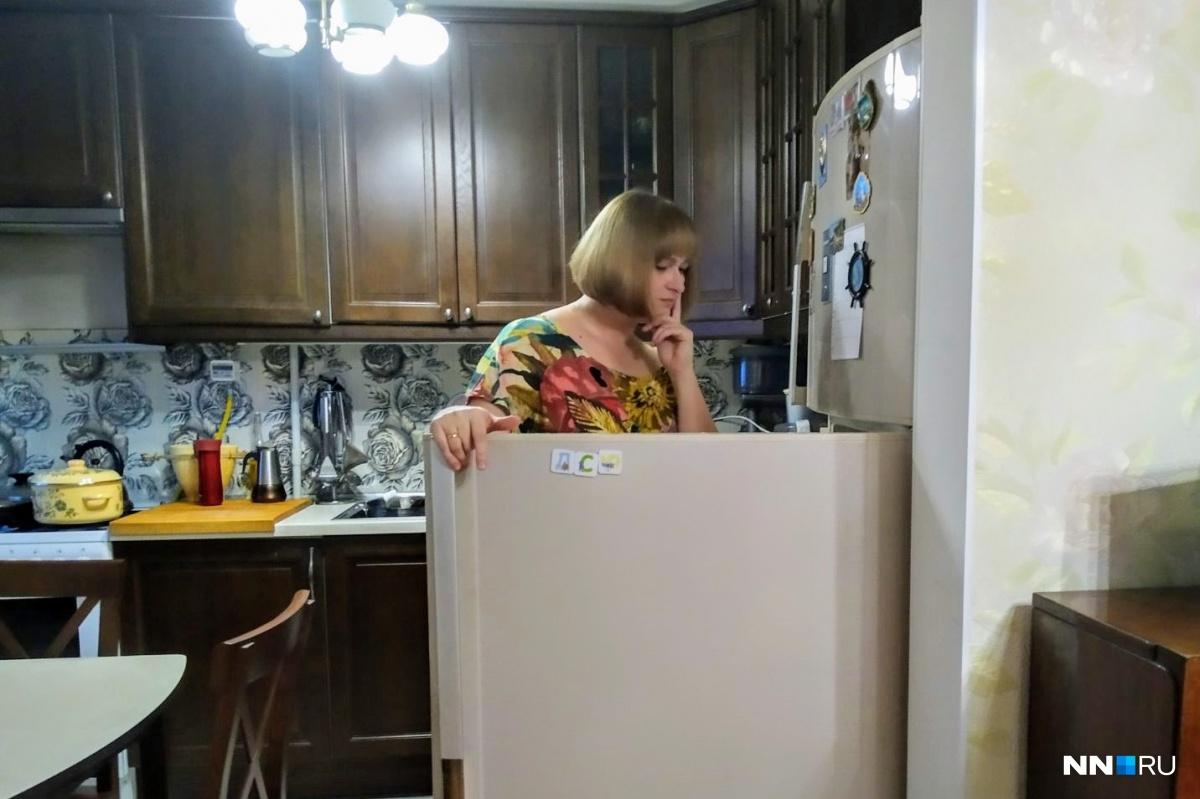 В раздумьях перед холодильником