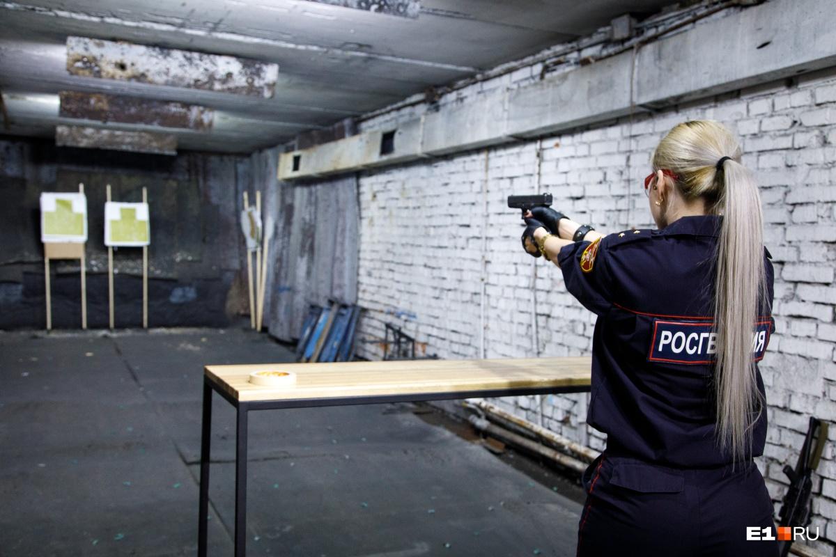 На дежурстве Анна носит при себе табельный пистолет Макарова, но в этот раз вместе с нами решила опробовать иностранные пистолеты