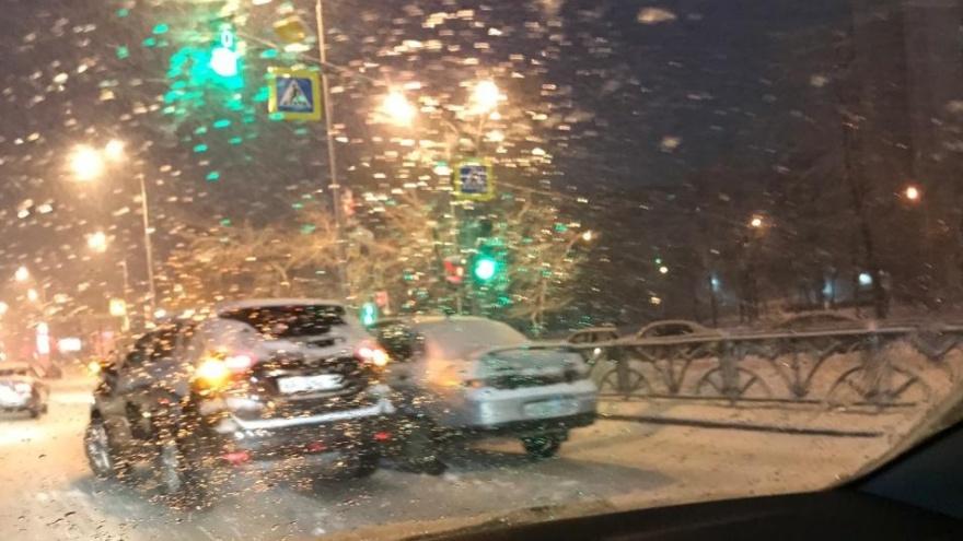 В Екатеринбурге в день, когда город засыпало снегом, произошло больше сотни аварий
