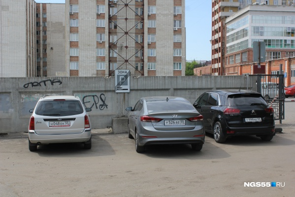 Несмотря на наличие парковки в 100 метрах от забора, автолюбители оставляют машины прямо под знаком