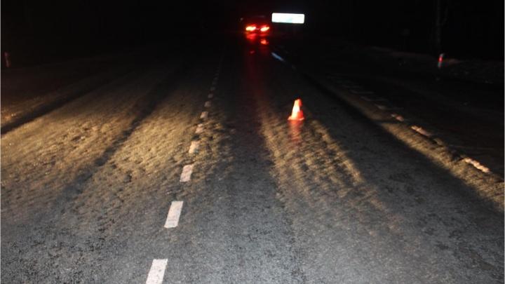 Грузовик и Toyota Corolla не поделили перекрёсток на трассе: пострадали два человека