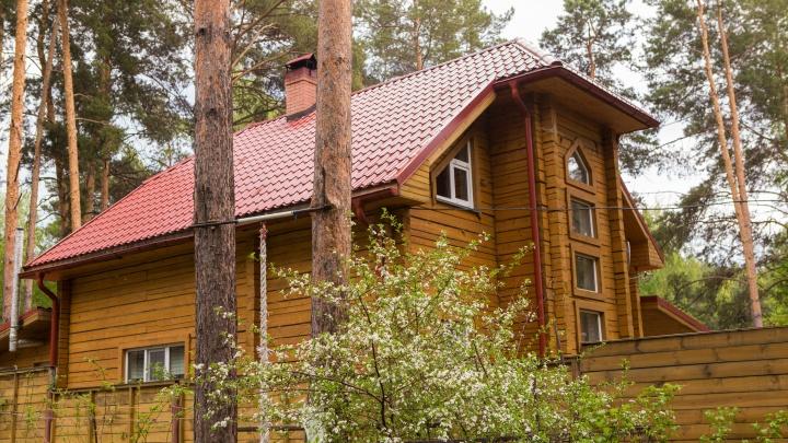 В лесу возле Мочищенского шоссе начали строить 6 гостиничных домиков