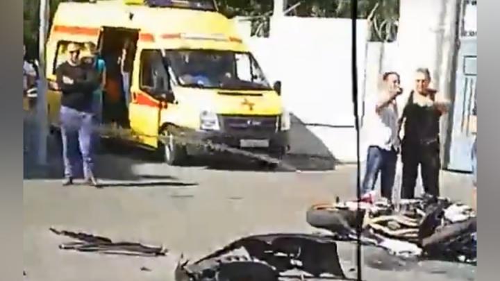 На 20-й Линии в Ростове столкнулись иномарка и мотоцикл