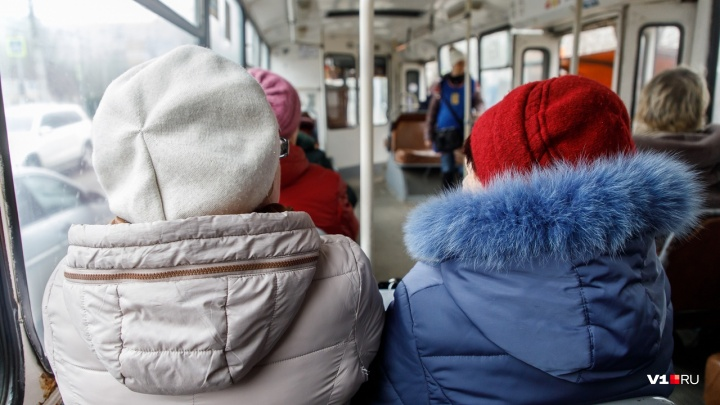 Экипажи волгоградских троллейбусов заставляют ездить в колпаках Санта-Клаусов