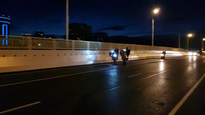 В Екатеринбурге байкеры проверили ремонт Макаровского моста, прокатившись по нему на заднем колесе