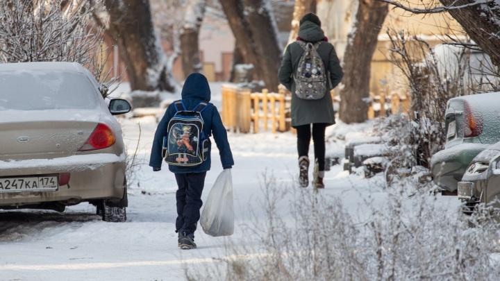 Мороз отпускает: челябинских школьников отправили на занятия