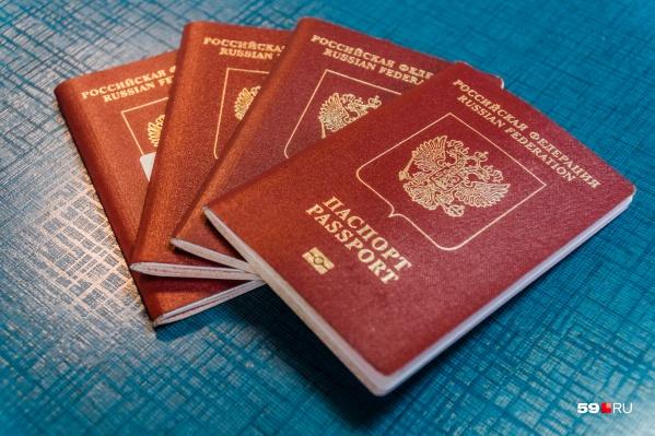 В отличие от паспорта старого образца, на обложке нового есть надпись латиницей и изображение микрочипа