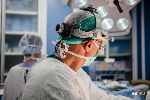 Попасть к узком специалисту, чтобы он определил целесообразность оперативного вмешательства, можно только через терапевта. И нужно