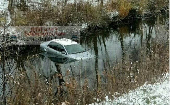 В Башкирии автомобиль со скользкой дороги улетел в реку