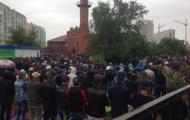 Тысячам мусульман Красноярска пришлось молиться в лужах из-за дождя
