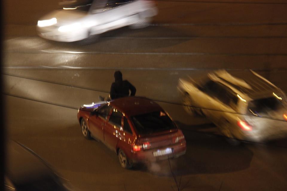 Водитель остановился на красный свет